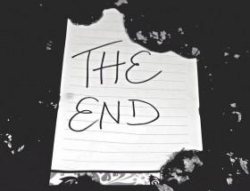 """Ein weißer Zettel auf schwarzen Untergrund, dessen oberer Rand abgerissen wurde. Auf dem Zettel steht """"The End""""."""
